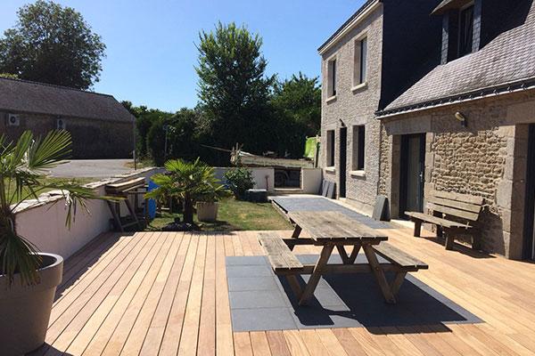 Intégration de grès cérame dans une terrasse en bois exotique